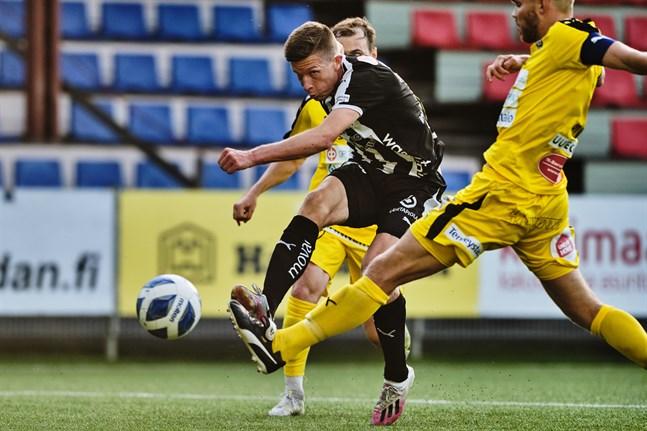 Kalle Multanen i aktion när TPS gästade VPS den 1 september. Efter 1–2-förlusten i den matchen har VPS radat upp trepoängare.