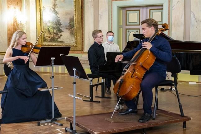 Nicole Biegniewska på violin, Artturi Aalto på cello, Joona Uusital på piano och Kryspin Biegniewski på gitarr är unga framtidslöften.