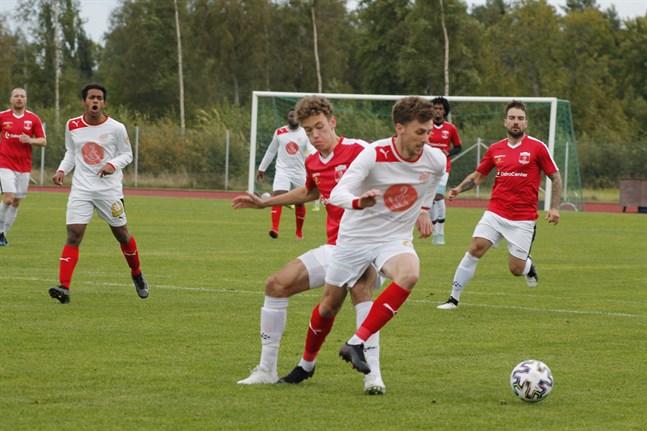 Sportings Charlie Crane gjorde mål i sin debut i trean. Här kämpar han mot KoFF:s Harald Jungar.