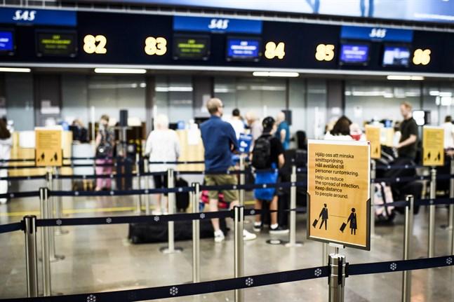 En informationsskylt som ber folk att hålla avstånd på Arlanda flygplats. Arkivbild.