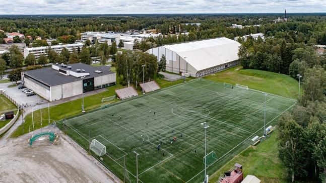 Idrottsverksamheten i Jakobstad hotar överskrida årets budget med 200 000 euro bland annat på grund av uteblivna intäkter till följd av coronapandemin.