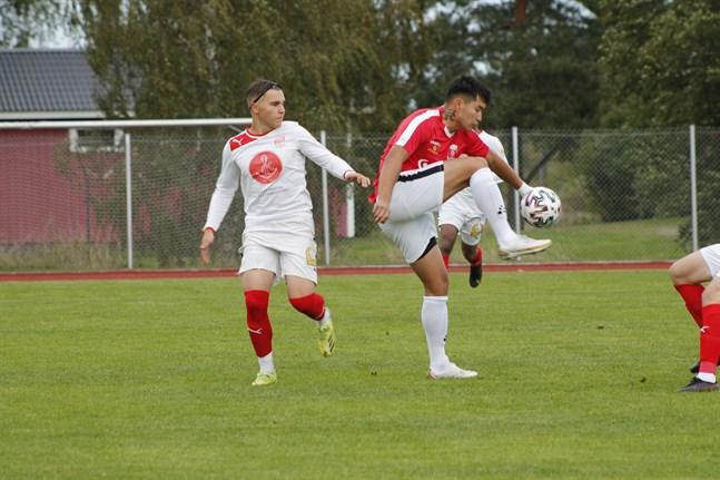 Sportings Anton Mäki och KoFF:s Mohammadi Ali Reza utkämpade många närkamper i derbyt i Korsnäs.