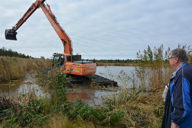 Firman Rantalatimber från Hollola är specialiserad på vattenbyggnad. Tack vare grävmaskinens breda larvband minimeras markavtrycket, konstaterar Bjarne Hedkrok.