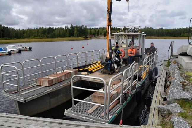 Farledsbåten John II har sin hemmahamn i Bergö. På torsdagen är den i Nabbens båhamn i Maxmo.