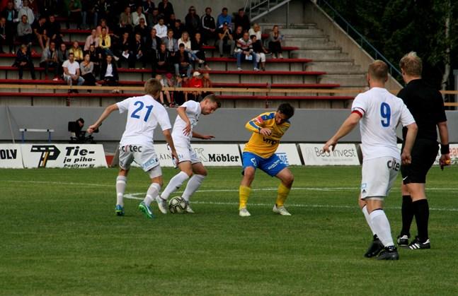 Senast Kraft tog emot Vasa IFK på Mosedal var för tre år sedan. Här är det Kakhaber Samsonia som kämpar mot ett par motståndare. På söndag är Samsonia avstängd i den viktiga derbymatchen.