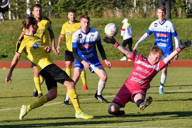 Tre Myran-spelare, Kasper Granholm, Marcus Enlund och Erik Renlund i närheten av Lappolagets mål som vaktas av Onni Pelkkikangas.