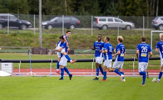 Travis Cantrell hissar Filip Hiekkanen efter ett av hans två mål för Vasa IFK i första halvlek.