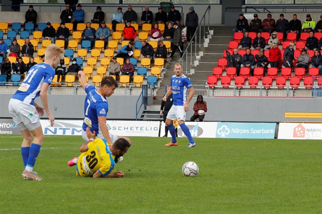 Vasa IFK fick Kraft på fall på Mosedal. Här är det Krafts Samir Isanovic som är nere i gräset.
