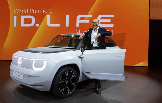 Ralf Brandstätter, vd för märket Volkswagen, visar upp den nya bilen på bilmässan i München.
