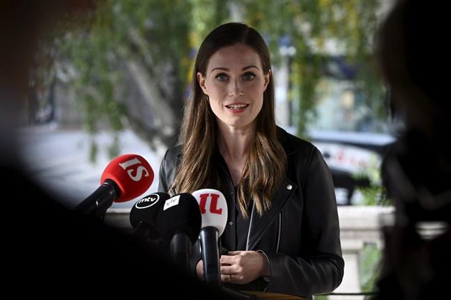 Statsminister Sanna Marin (SDP) bekräftar att regeringen har kommit överens om en ny hybridstrategi i hanteringen av coronaepidemin.