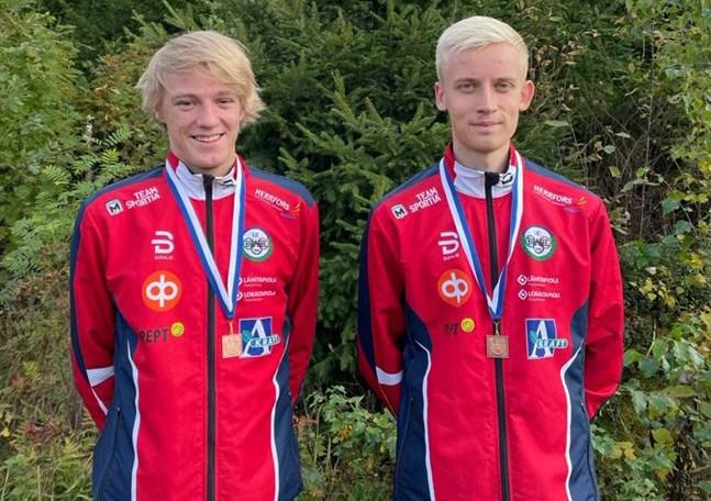 Har grabbarna toppat formen? Emil Jansson och Otto Gripenberg utgör två tredjedelar av Brahes stafettlag i H20. Valter Joensuu är den som får ta sig an tredje sträckan på söndag.