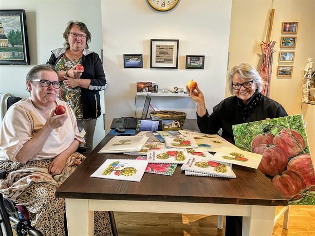 """Lis-Mari Riska, Ulrica Wik och Katta Svenfelt är trion som står bakom barnboken """"Sagan om det sura äpplet""""."""