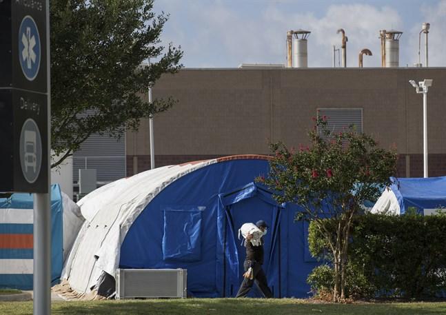 Ett tält sätts upp för att vårda patienter i vid ett sjukhus i Houston i augusti.