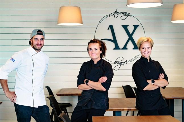 På onsdagen öppnade Frank Sundqvist, Emma Sandström-Sundqvist och Emilia Snellman restaurang och bageri Ax. Förutom de tre delägarna jobbar Emmas syster Camilla Snellman i restaurangen.