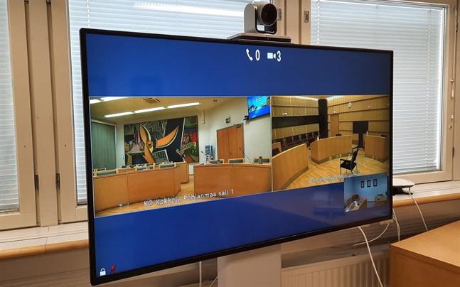 Rättegången i Jakobstad sänds även i dag över video från Karleby tingsrätt.