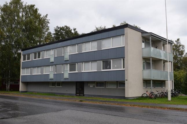 En tvåa på femtio kvadrat på Katarinegatan 52 är till salu. Stadsstyrelsen beslutade om försäljningen i april och denna vecka publicerades bostaden på auktionssidan.