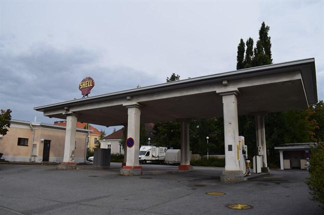 Bensinstationen i hörnet av Torggatan och Katarinegatan är Finlands äldsta bensinstation som ännu verkar på samma ställe.