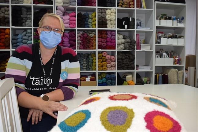 Annika Roos ska leda en höstlovskurs i bland annat tuftning, den teknik som använts för kudden längst fram i bild.