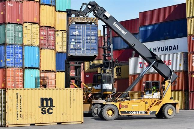 De europeiska hamnarna tampas med en bristande kapacitet att hantera stora mängder containrar, vilket leder till flaskhalsar i frakten.