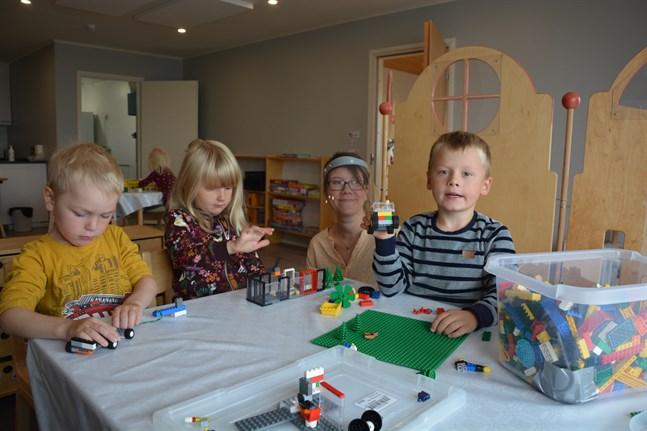 Också barnen uppskattar sin nya dagislokal, konstaterar Madelén Kärrström. Lias Antfolk, Venla Nylund och Vidar Vikstrand har bråttom med sina legobyggen.