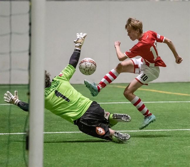 William Finell i GBK FA försöker lyfta bollen över målvakten Santtu Korpelainen som var bäst i Friska Viljor.