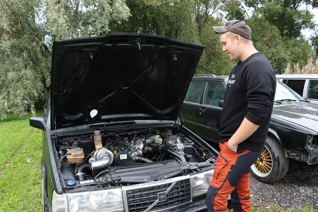 När Sebastian Stenfors bytte motor i sin ena Volvo 940 hittade han begagnade bildelar via exempelvis Facebookloppis.