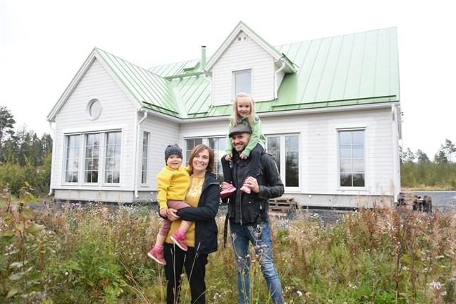 Familjen Ojala – Mette, Andrea, Benny och Tove – flyttade in i nya huset i augusti. Nu känner de sig som hemma, och är glada att de vågade gå in för det gröna plåttaket.