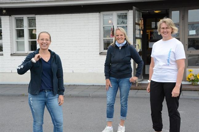 Det är viktigt att röra på sig, hälsar Malin Lillhannus, Susanne Lund och Görel Björses i Folkhälsan i Lappfjärd.