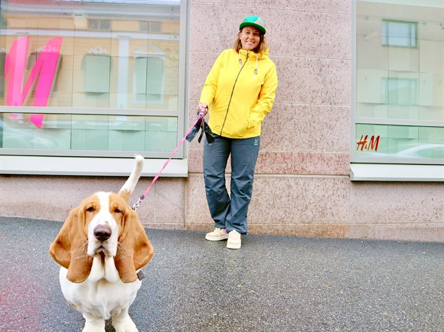 Som egenföretagare uppskattar Kajsa Lassfolk att vi lärt oss leva med en större flexibilitet. I förgrunden poserar hunden Basse.