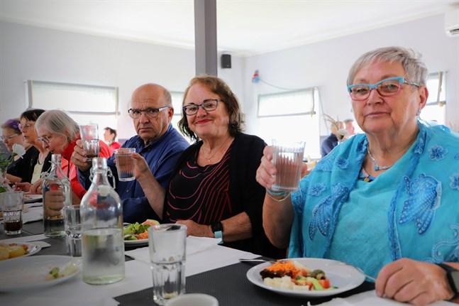 Leo Norrgård, Rose-Marie Dahlgren-Sand och Kerstin Gästgifvars skålar för Kaffegruppen.
