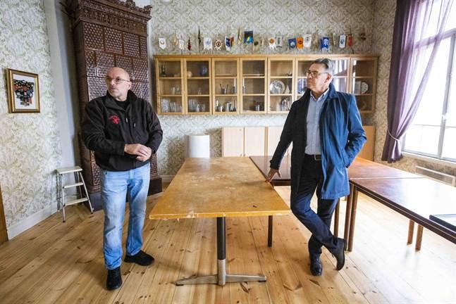 Peter Haldin och Jan-Erik Hinds hoppas att anrika Cantare får leva länge än. Huset kräver ständig skötsel. Under pandemin har golvet i det här rummet slipats.