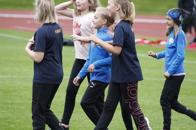 Hilde Ehrström, i ljusblå tröja i mitten, vinner sitt kvalheat på 60 meter och kompisarna är framme för att gratulera.