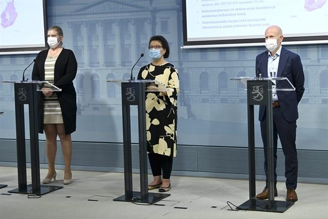 Mia Kontio och Otto Helve vid Institutet för hälsa och välfärd och Liisa-Maria Voipio-Pulkki vid Social- och hälsovårdsministeriet gav en lägesrapport om smittläget i coronaepidemin på torsdagen.