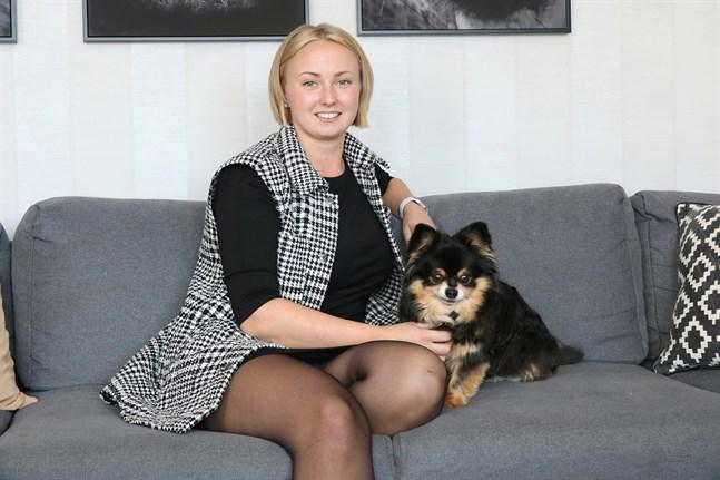 Madeleine Isuls är utbildad närvårdare, sjukskötare och barnmorska. Här är hon tillsammans med Dani.