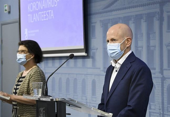 Liisa-Maria Voipio-Pulkki från ministeriet och överläkare Otto Helve.