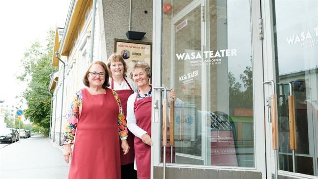 Rose-Marie Dahlgren-Sand, Mia Koski och Carola Pellas hälsar teaterbesökarna välkomna.