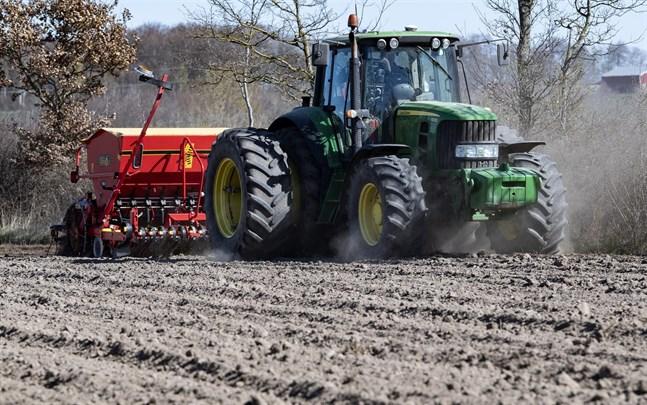 En traktor i vårbruket.