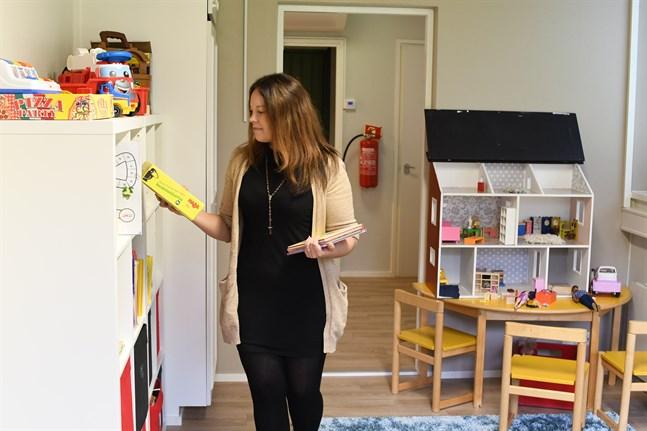 Barnverksamheten förfogar över uppemot 200 kvadratmeter i det som förr var pastorskansli. Jenny Långkvist, som är ansvarig för barnverksamheten, tycker att rumsdisponeringen lyckats bra. Det här är kyrkoherdens förra kontor.