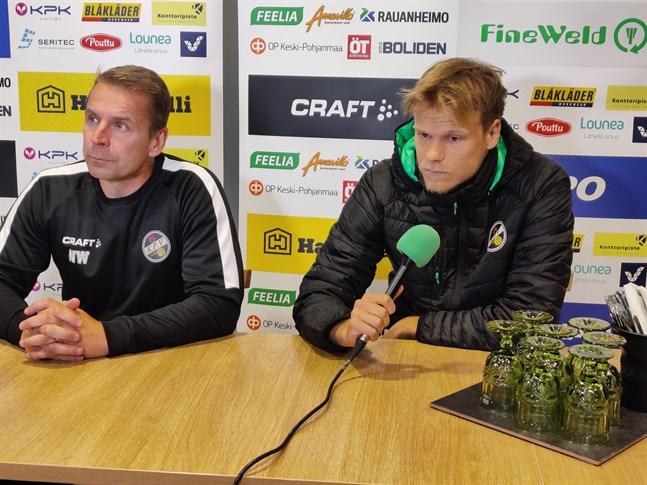 Tränaren Niklas Vidjeskog och Severi Kähkönen på presskonferensen inför den viktiga hemmamatchen mot Jippo.