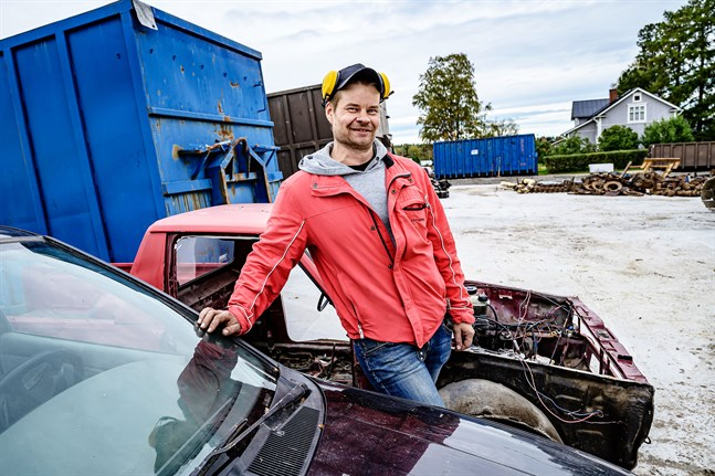 I och med A&S Trading investering i en betongplan kan de nu bli licenserad återvinnare av skrotbilar. Vd Andreas Sundqvist siktar på en fördubblad omsättning detta år.