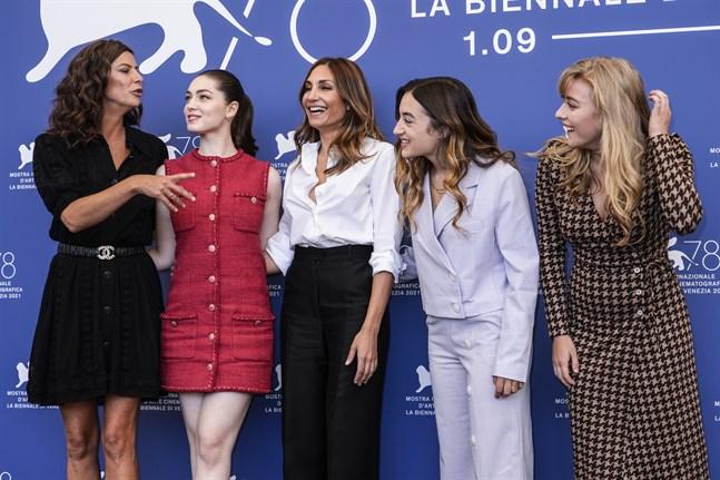 "Anna Mouglalis, Anamaria Vartolomei, regissören Audrey Diwan, Luana Bajrami och Louise Orry Diquero presenterar ""L'evenement"" på filmfestivalen i Venedig."