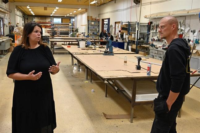 Vd Camilla Stenholm och produktionsansvariga Kenneth Österåker konstaterar att det blivit allt svårare att rekrytera personal. Pedelux kan anställa tre eller fyra personer så fort de hittar de rätta.