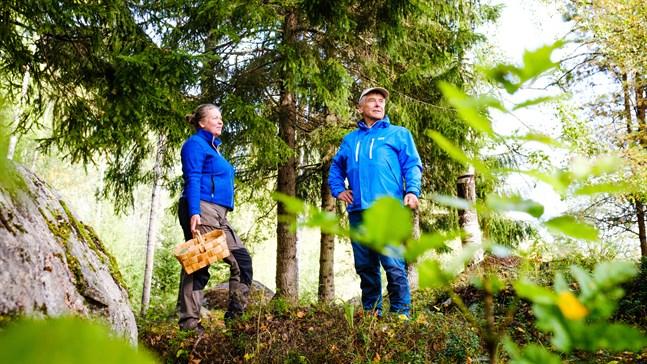 Anita Storm och Mårten Lövdahl jobbar med skogen på olika sätt. De skulle inte kunna tänka sig ett liv utan naturen.