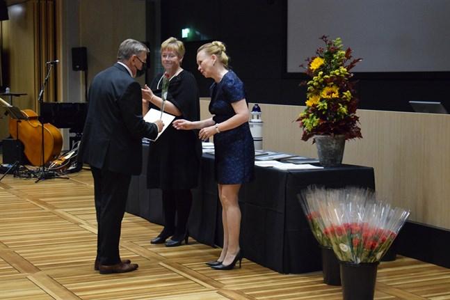 Jan-Erik Paananen mottog Karlebypriset 2021 av stadsdirektör Stina Mattila och stadsstyrelsens ordförande Sari Innanen.