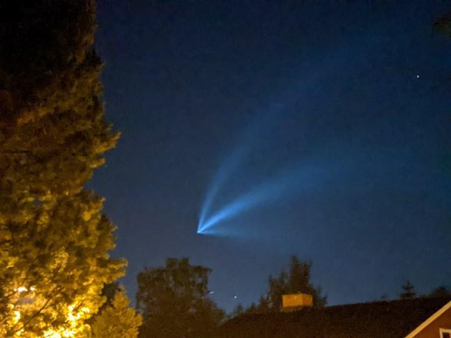 Ett blått ljusfenomen lyste upp kvällshimlen i torsdags och Daniel Ainasoja i Jakobstad lyckades fånga fenomenet med kameran på sin mobiltelefon.