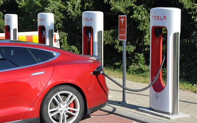 """Regeringen försöker uppmuntra folk till att köpa eldrivna bilar genom att slopa bilskatten för renodlade elbilar. Samtidigt höjs dock fordonsskatten för nya elbilar """"i motsvarande grad""""."""