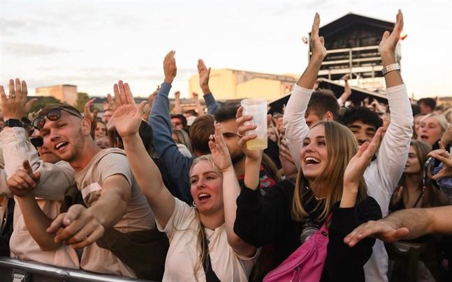 """Publik på """"Tilbage Til Live"""", en endagsfestival för att fira att man kan samlas för större evenemang igen. Festivalen hölls på Refshaleøen i Köpenhamn den gångna helgen."""