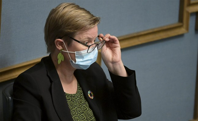 Miljö- och klimatminister Krista Mikkonen (Gröna) ska bena ut regeringens klimatpolitiska överenskommelse på fredagen.