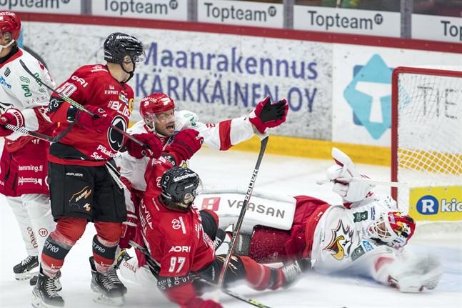 Filip Riskas (i mitten) Sport åkte på en 4–1-förlust i säsongspremiären mot Ässät i Björneborg. Nu vill man ta tre poäng hemma mot Tappara.