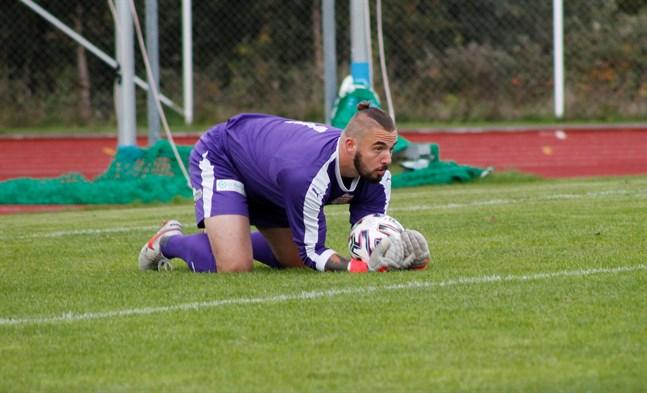Sportings målvakt Jordan Hadden fick släppa in två bollar i Nykarleby. Till slut fick Kristinestadslaget en poäng hem med sig.